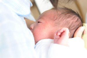 新生児期の赤ちゃんが寝てくれないのは母乳が原因?母乳量を増やす方法は?