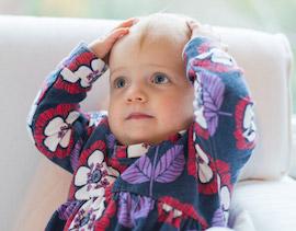 頭をかかえる赤ちゃん