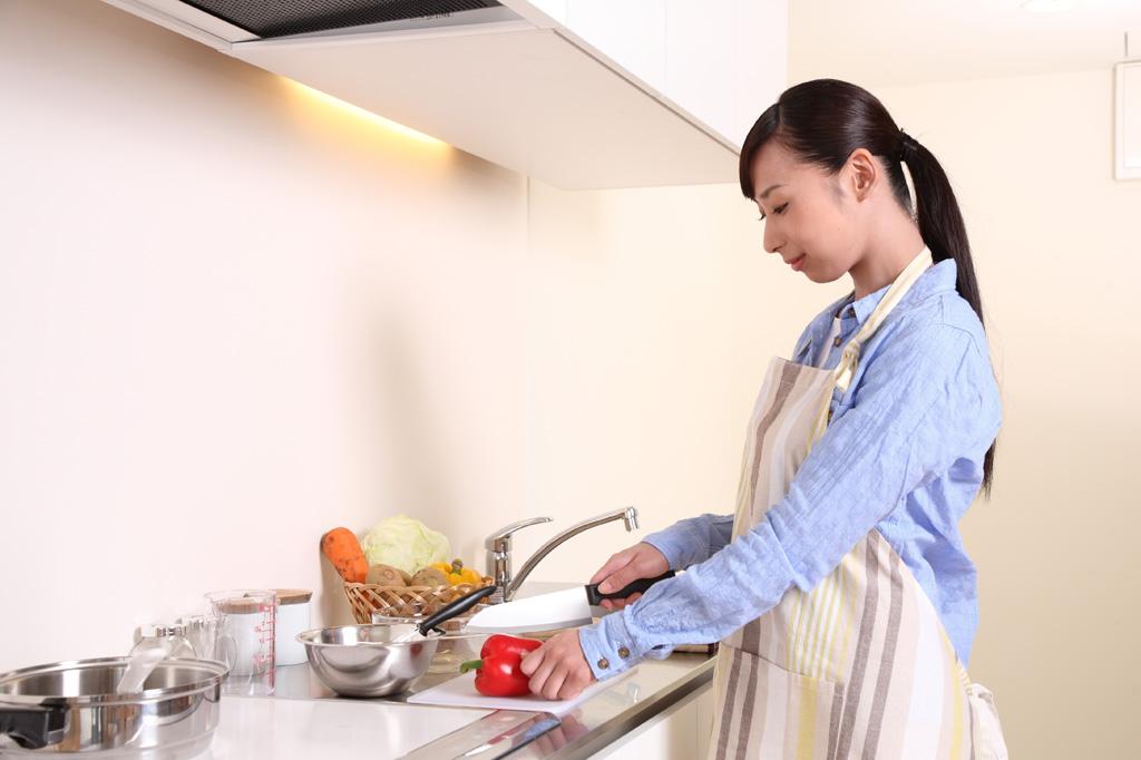 食事を用意する女性