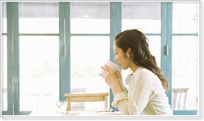 お茶を飲み女性